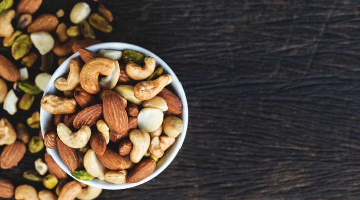 mixed-nuts-in-bowl-picture-id925302942