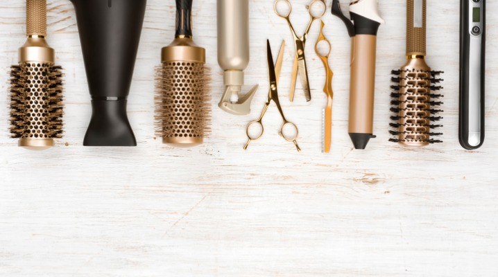 professional-hair-dresser-tools-on-wooden-background-with-copy-space-picture-id1020439516