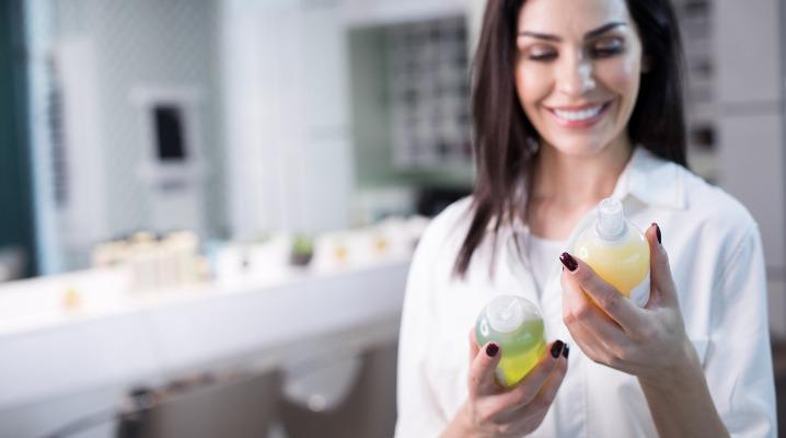 woman-reading-shampoo-ingredients